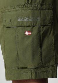 Napapijri - N-ICE CARGO - Shorts - green cypress - 3
