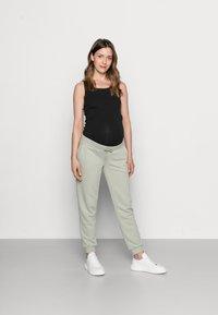 Pieces Maternity - PCMPIP PANTS - Pantalones deportivos - desert sage - 1