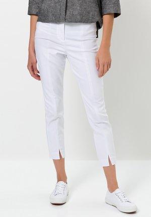 MIT TEILUNGSNAHT - Trousers - white