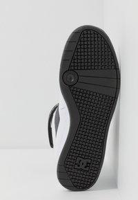 DC Shoes - PENSFORD SE - Skate shoes - white/black - 4