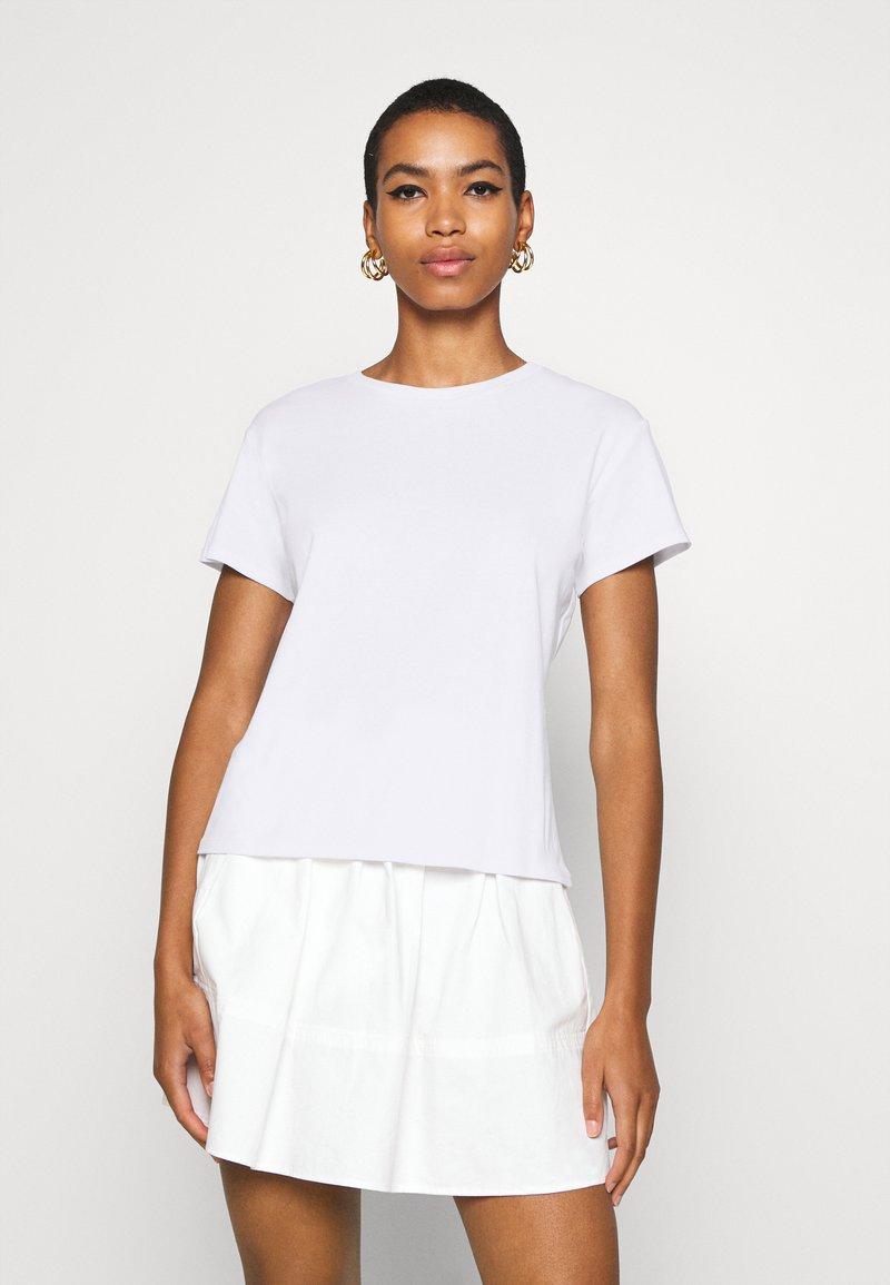 JUST FEMALE - CASH TEE - Jednoduché triko - white