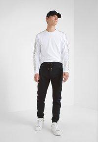 Versace Jeans Couture - PANTALONI - Träningsbyxor - nero - 1