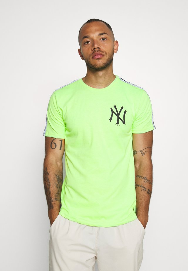 MLB TAPING TEE NEW YORK YANKEES - Klubové oblečení - light green