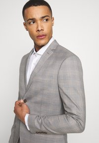 Isaac Dewhirst - CHECK 3 PIECES SUIT - Completo - grey - 8