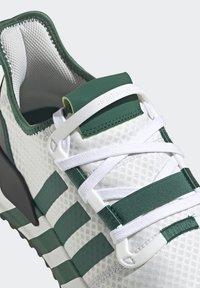 adidas Originals - U_PATH RUN UNISEX - Tenisky - crystal white/collegiate green/core black - 9