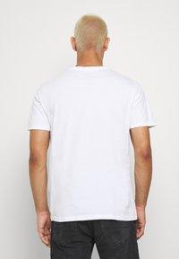 Levi's® - PRIDE COMMUNITY TEE - T-shirts med print - white/multi - 2