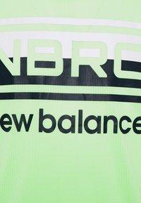 New Balance - RUNNING SINGLET - Sports shirt - neon grün - 2