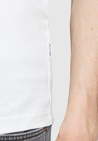 Tiger of Sweden - OLAF - Basic T-shirt - gardenia - 5