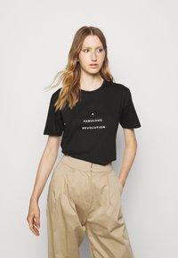 Progetto Quid - UNISEX MENTA - T-shirt med print - black - 1