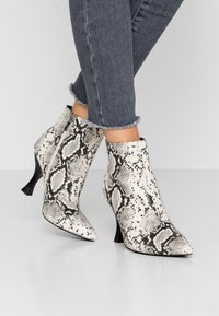 RAID Wide Fit - TILLY - High heeled ankle boots - beige - 0
