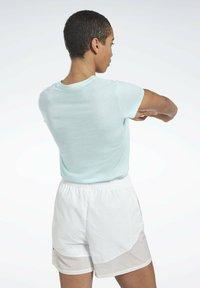 Reebok - ESSENTIALS TRAINING SHORT SLEEVE GRAPHIC - T-shirt z nadrukiem - blue - 1