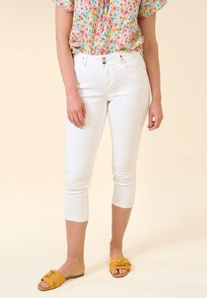 CAPRI JEANS REGULAR WAIST - Denim shorts - weiß