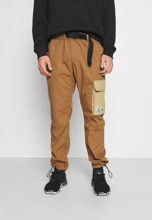 ETHAN TONAL BLOCK TRACK PANT - Cargo trousers - desert khaki