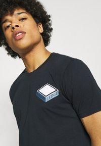 KnowledgeCotton Apparel - ALDER TEE  - T-shirt con stampa - total eclipse - 5