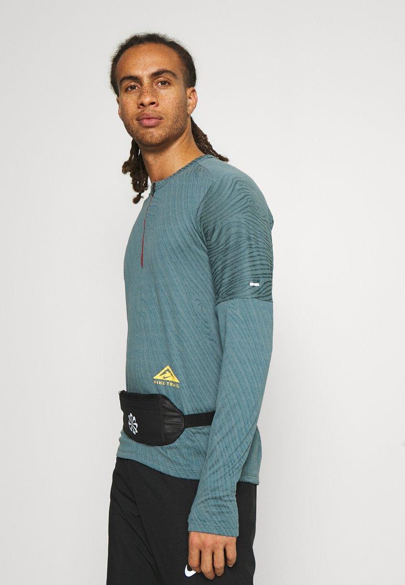 Nike Performance - CHALLENGER WAIST PACK SMALL UNISEX - Bæltetasker - black/silver