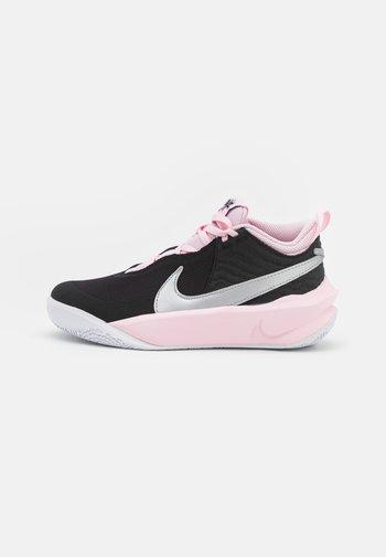 TEAM HUSTLE 10 UNISEX - Basketball shoes - black/metallic silver/pink foam/white