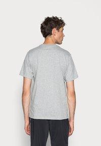 Nike Sportswear - CLUB TEE - T-shirt basique - dark grey heather/black - 2