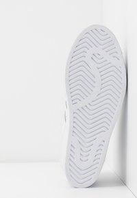 adidas Originals - SUPERSTAR ELLURE  - Høye joggesko - footwear white/gold metallic/core black - 7