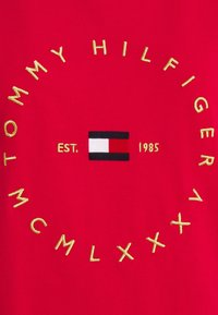 Tommy Hilfiger - REGULAR CIRCLE TEE - Printtipaita - primary red - 2
