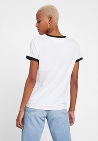 Levi's® - PERFECT RINGER TEE - T-Shirt print - baby tab ringer white - 2