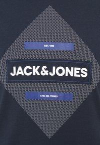 Jack & Jones - JCOROJAR TEE - T-shirt med print - navy blazer - 2