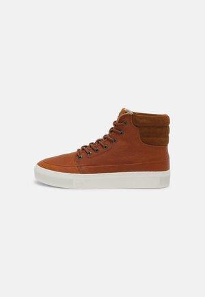 EASTBOURNE - Höga sneakers - cognac/black/white
