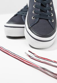 Tommy Hilfiger - CORPORATE FLATFORM SNEAKER - Trainers - midnight - 7