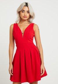 WAL G PETITE - EXCLUSIVE V-NECK MINI DRESS - Sukienka z dżerseju - red - 0