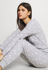 Anna Field - Spot onesie - Pyjamas - light grey/white - 3