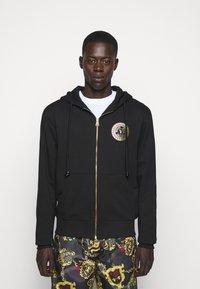 Versace Jeans Couture - FULL ZIP HOODIE WITH LOGO - veste en sweat zippée - nero - 0