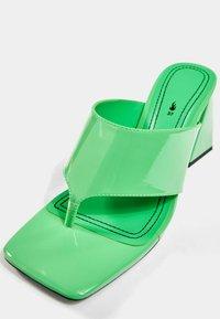 Bershka - Sandály s odděleným palcem - green - 4