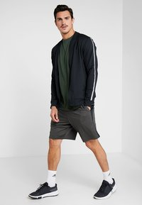 Under Armour - SPORTSTYLE BACK TEE - T-shirt med print - baroque green/black - 1