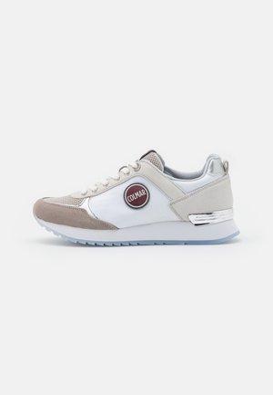 TRAVIS PRIME - Sneakers basse - white/cold grey