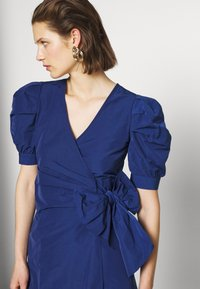 Who What Wear - THE PUFF WRAP DRESS - Kjole - navy - 3