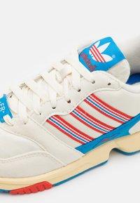 adidas Originals - ZX 1000 C UNISEX - Tenisky - offwhite/active red/bright blue - 5