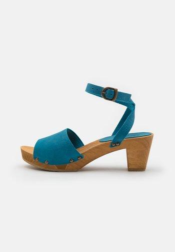 YARA SQUARE FLEX - Zuecos - turquoise