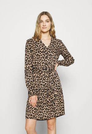 PCNULLA SHIRT DRESS - Blousejurk - brown