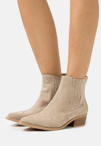 Bianco - BIADELORA WESTERN CHELSEA BOOT - Cowboy/biker ankle boot - sand - 0