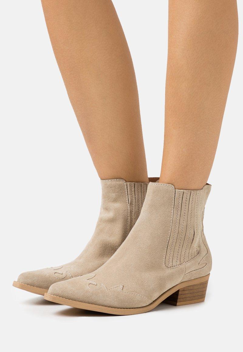 Bianco - BIADELORA WESTERN CHELSEA BOOT - Cowboy/biker ankle boot - sand