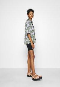 Monki - TAMRA BLOUSE - Button-down blouse - green ellisflower - 1