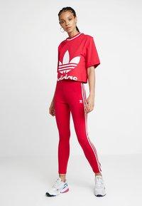 adidas Originals - BELLISTA TREFOIL CROPPED GRAPHIC TEE - T-shirt med print - energy pink - 1