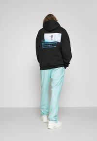 9N1M SENSE - STRIPE TRACK PANT UNISEX - Pantalon de survêtement - skyblue - 3