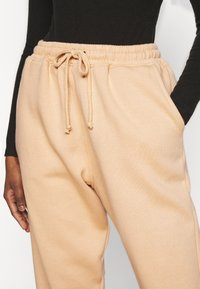 Missguided Petite - 90S JOGGERS - Tracksuit bottoms - tan - 4