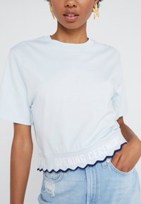 Opening Ceremony - SCALLOP CROPPED TEE - Print T-shirt - dust blue - 5
