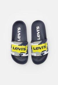 Levi's® - POOL UNISEX - Sandalias planas - navy/lime - 3