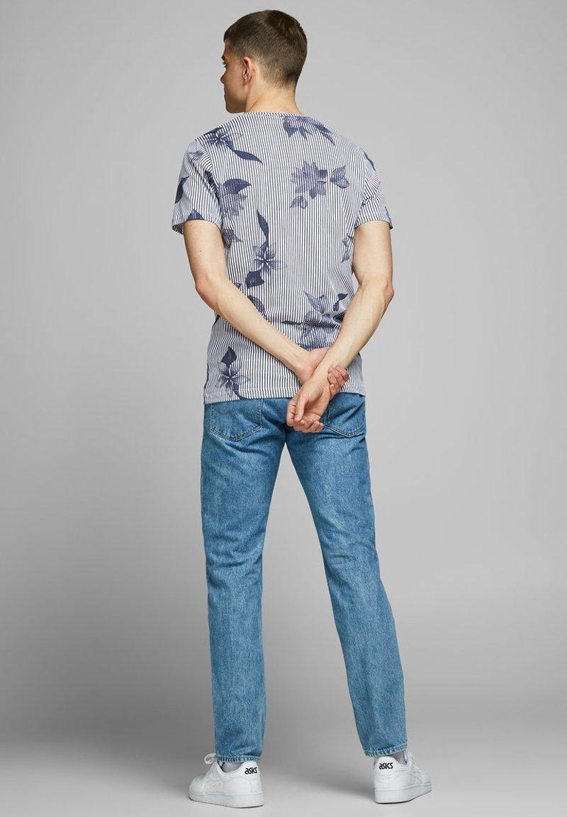 Jack & Jones JCOFLOWER TEE CREW NECK - Print T-shirt - navy peony jdMNY
