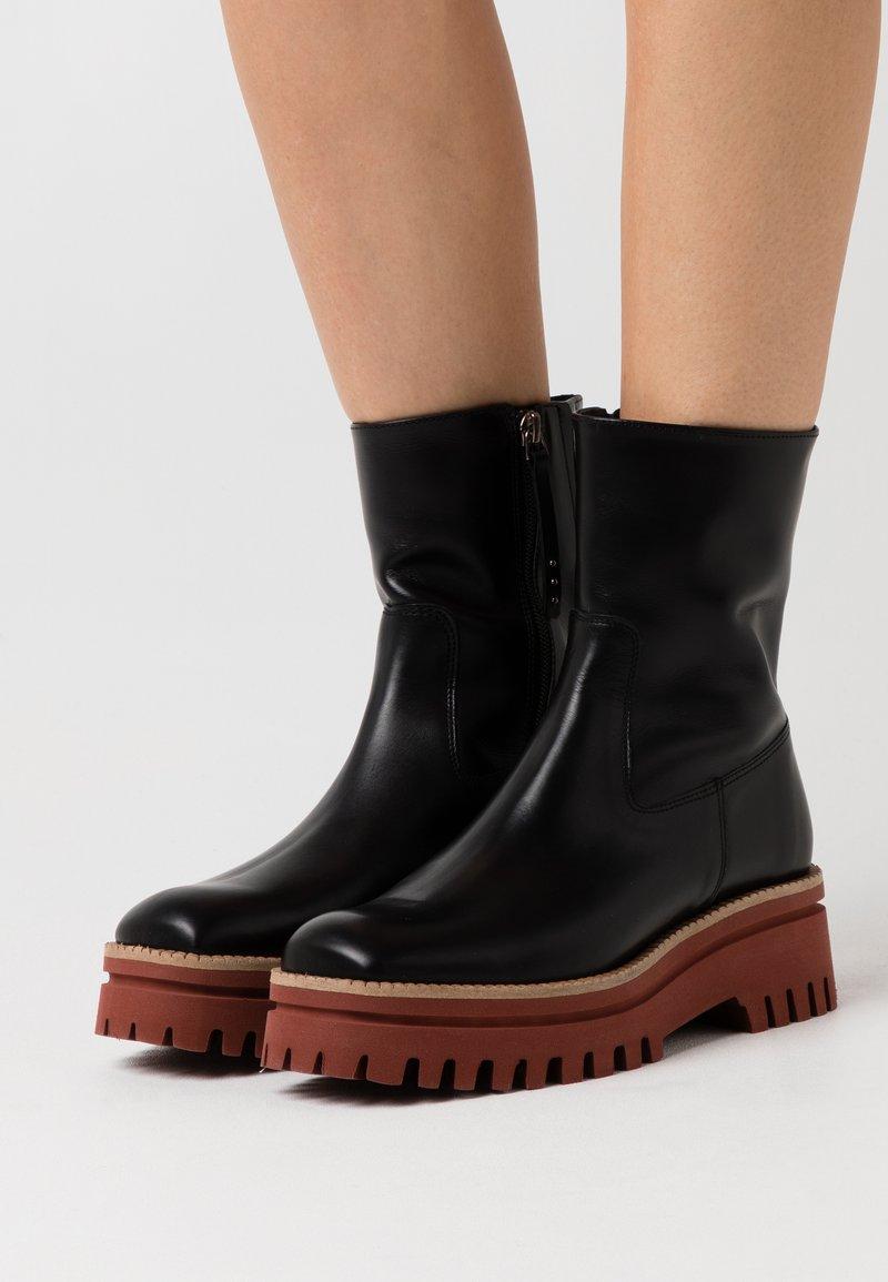 Paloma Barceló - CLERMONT - Kotníkové boty na platformě - black