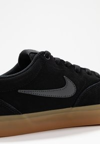 Nike SB - CHARGE UNISEX - Trainers - black/anthracite/light brown - 5