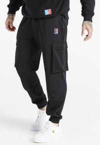 SIKSILK - SPACE JAM ELASTICATED UTILITY CARGO - Cargo trousers - black - 0