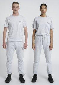 HALO - T-shirts print - lt grey melange - 0